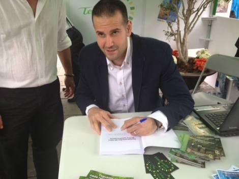 Firmando el libro de Mundo Hacker (2015)