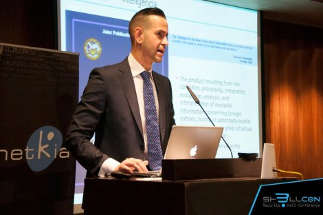 Dando la ponencia en ShellCON 2016