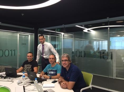 Con mis alumnos en el centro de Ciberinteligencia de Deloitte en Barcelona